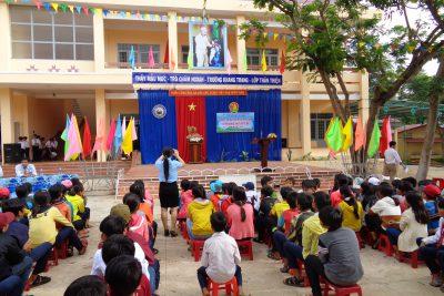 Liên đội trường THCS Ea Yiêng tổ hức kỷ niệm 77 năm thành lập đội và tuyên dương những học  sinh yếu thế năm học 2017 – 2018