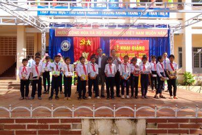 Nhân ngày khai giảng năm học 2019 -2020 Cty viettel phối hợp cùng HKH huyện tổ chức tặng quà và trao tặng học bổng Vì em hiếu học cho HS 02 xã Ea Yieng vag Ea Uy