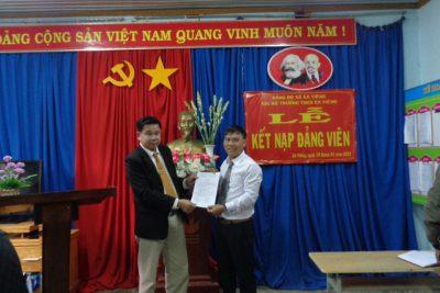 Qua quá trình phấn đấu của Đ/c Nguyễn Viết Thảo, được sự giúp đỡ của Cấp ủy chi bộ trường THCS Ea Yiêng tổ chức kết nạp đảng cho đ/c Nguyễn viết thảo , mong đ/c trưởng thành hơn, cống hiến nhiều hơn cho nhà trường cũng như địa phương